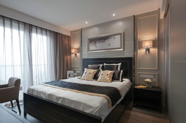 卧室的整体设计与客餐厅相反,采用了低调奢华的处理方式,背景墙运用大面积护墙板,整体效果恢弘大气,空间质感很强。
