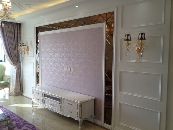 以华丽的装饰、浓烈的色彩、精美的造型达到雍容华贵的装饰效果。深色的橡木或枫木家具,色彩鲜艳的布艺沙发,都是欧式客厅里的主角。