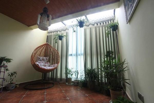 阳台休闲角,大地色地砖孕育着一茵葱茏,两袭轻帘,清清爽爽,竹编吊篮椅,漫漫悠悠,以最寻常的装饰诗意了时光。