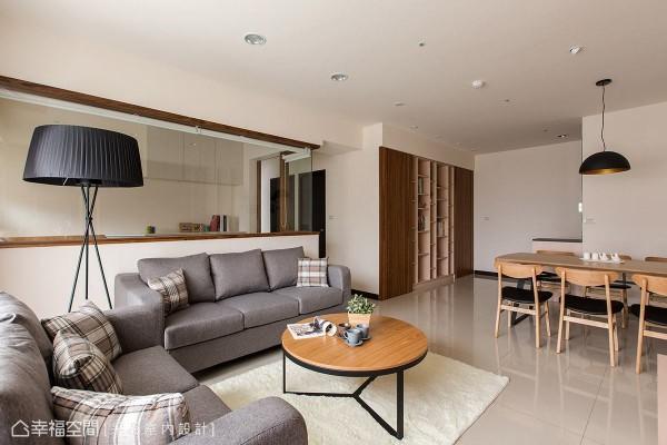 半高的沙发背墙结合玻璃作为书房隔间,让空间保有视觉穿透感,并利用木质线条轻轻勾勒出场域轮廓。