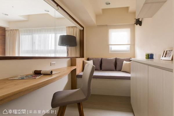 卢慧珊与许伯争设计师于窗边设置卧榻机能,必要时也可转换为客房使用,大大提升空间的使用弹性。