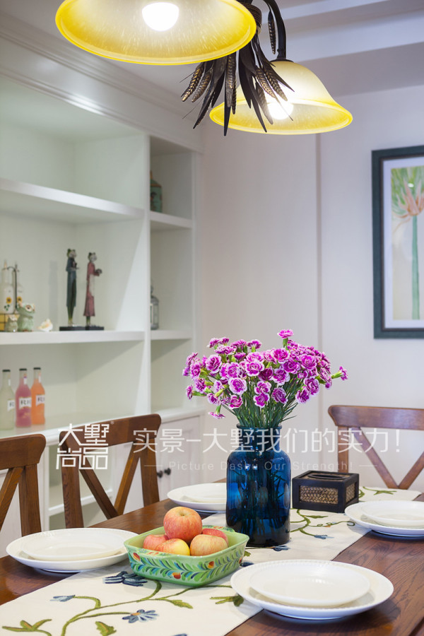 黄色的灯光与咖色餐桌椅构成了温馨的就餐环境。