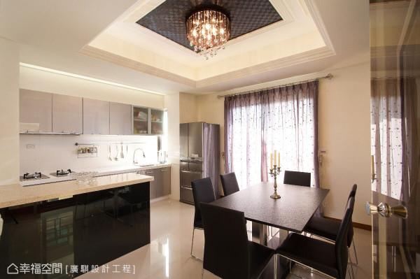 开放规划的餐厨区延续客厅天花设计,以水晶吊灯、造型壁纸与艺术线板统一风格设计。