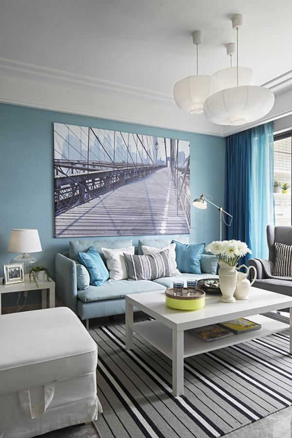 客厅:由于房高受限,不做石膏板吊顶设计,否则会降低房高,运用石膏板在顶面墙面勾勒出线条,整体空间感出来了。