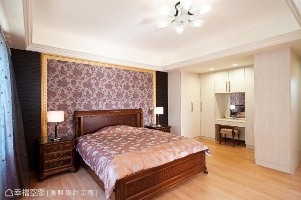 轻暖色调的母亲房,另在床头处安排金属色系边框营造奢华贵气感。