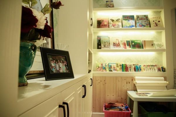 柜子里满满的都是孩子们的读物,和记录他们成长点滴的照片。