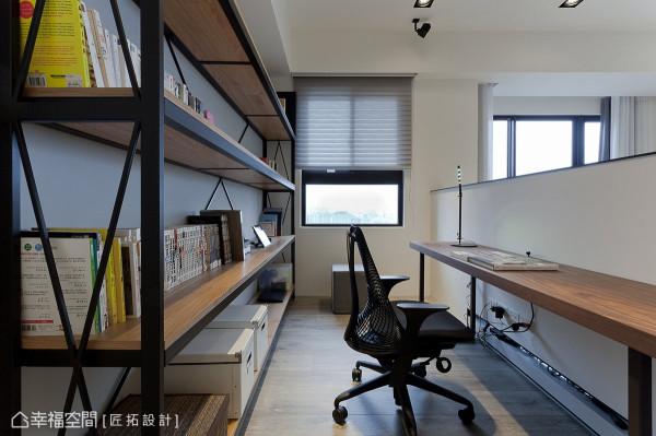 铁件与木工构织出简练的展示书架,突显屋主的个性与独特品味。
