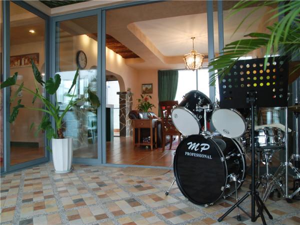 娱乐室:运用天然木、石、藤、竹等材质质朴的纹理。巧于设置室内绿化,创造自然、简朴、高雅的氛围。