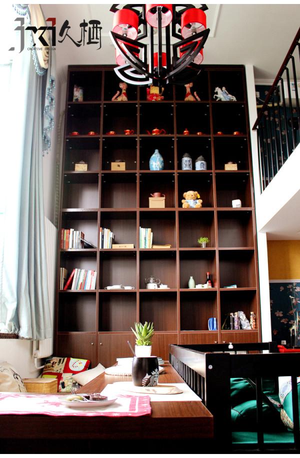 靠墙的通顶书柜是这个空间的主题,定制设计其本身就是一种理解和交流的过程,让整个空间流露人性的熨合和舒适。
