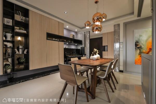 设计师郑抿丹在玄关后方规划琴房空间,让内部场域充满着琴声飘扬,墙面部分则以木作结合铁件构置一道展示与收纳柜。
