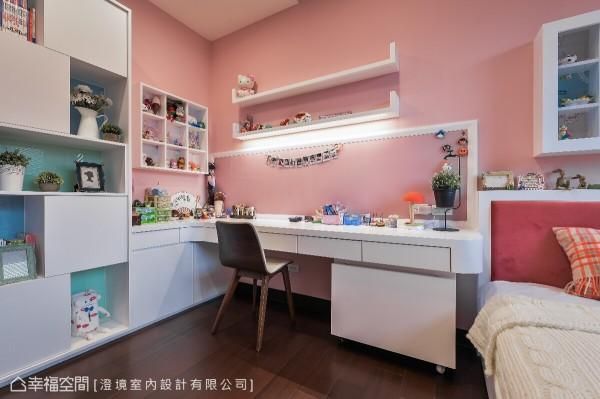 澄境室内设计为喜爱做手工与美劳的女孩,以木作规划书桌与展示柜体,演绎个人的品味与兴趣。