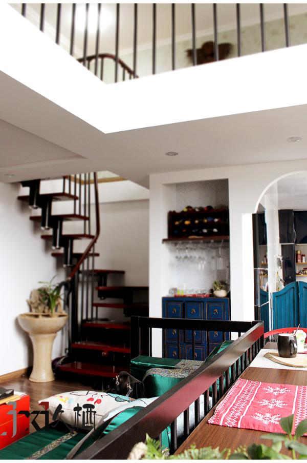 用现代的语言来诠释中式的韵味,需要注入一些新鲜的元素。厨房和客厅交汇的拱形垭口和楼梯转折处的墙壁置物隔板为这个居室增添了不少的趣味性和实用性,不浪费一分一毫的宝贵空间。