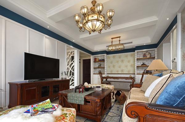 客厅是用来待客的,风格要求简洁明快,典型的美式沙发茶几,墙上别致的装饰画与之相辉映,使整个客厅环境贵气而不失艺术感。设计师别出心裁的开辟了休闲阳台,无移门设计保证了光线充足,而且增加了空间的通透性。