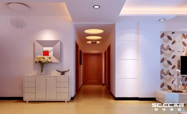 整个走廊窄且长,同时又有四个空间的门,活动率非常地频繁,通过几何图形做的吊顶,来淡化人们的视线,空间还是一样的,只不过我们的视觉有了变化。