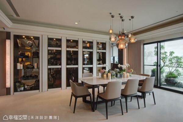 利用艺品展示柜作为餐厅与多功能房的界定,背墙的茶玻材质,若隐若现地加乘空间效果,在灯光的明暗中,呈现不同层次的美感体验。