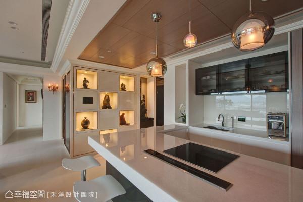 特意加长的吧台尺度,配有高科技料理设备,赋予屋主最便利的宴客环境。