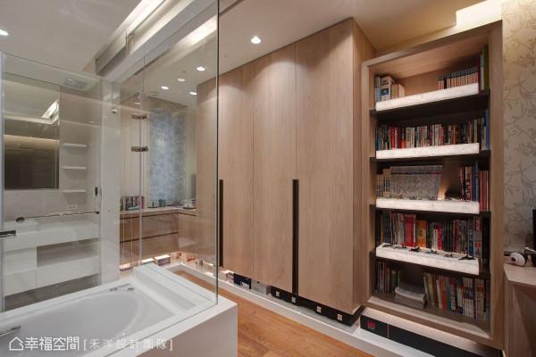 卫浴空间以玻璃屏隔打造,藉由材质的轻透特性,延伸空间的视觉尺度。