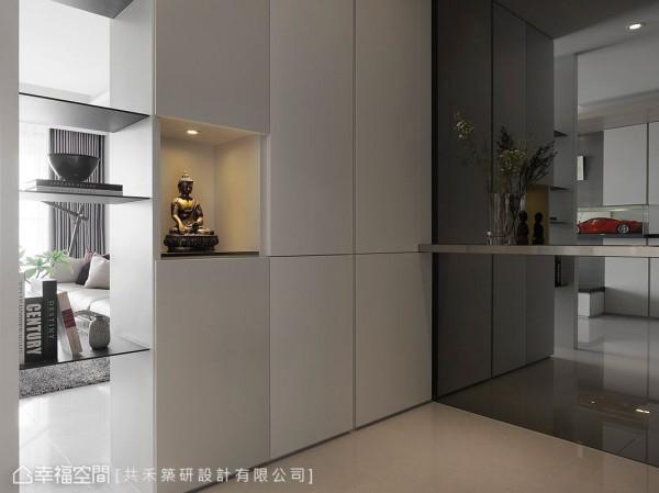 设计之初,屋主特别提出摆放佛像的需求,陈煜棠设计师于柜体间保留一处展示区,满足屋主对居家风水的考虑。