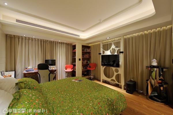 运用每一个空间,于角落处构置双面书柜;电视墙则使用镂空的方式,保持与阳光的互操作性。