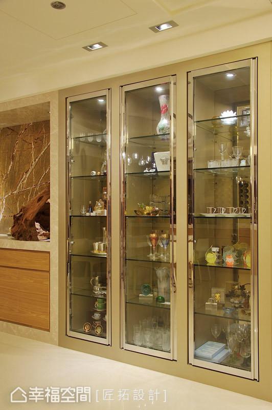使用黄铜与电镀作为展示柜的框边,让场域拥有了极致奢华的灵魂。