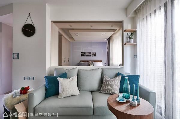 廖笠庭设计师以半高矮墙结合茶玻作为客厅与主卧室的隔间,让视线得以