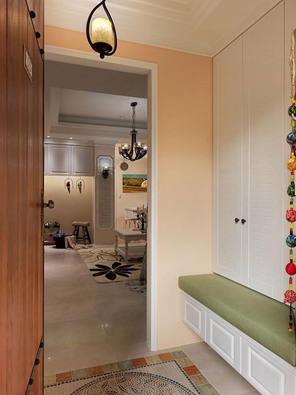 推开镶饰铁件的木门入内,马赛克砖与复古砖地面织构出乡村风味。