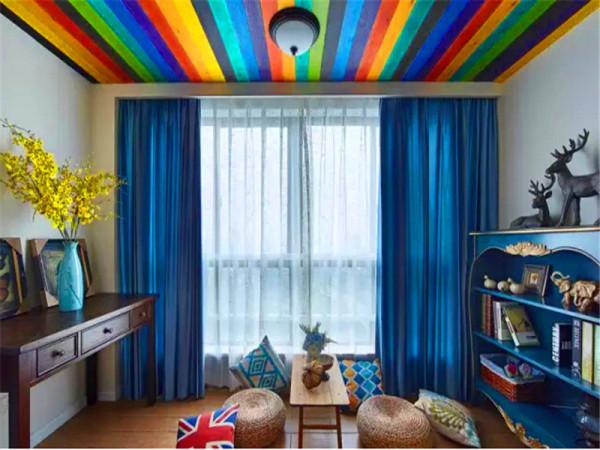 娱乐区:彩色吊顶非常吸引眼球,地台是用仿地板瓷砖铺贴。