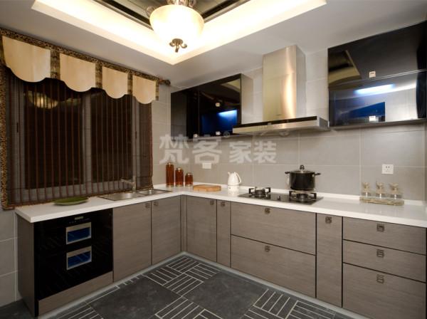 厨房的空间讲究简单合理的空间划分,给了主人们更充裕的自由活动空间。黑色、白色、红色的色彩搭配纯白色的墙面地面台面的搭配增加视觉感官的冲击力。使有油烟味枯燥的厨房变得别样美丽