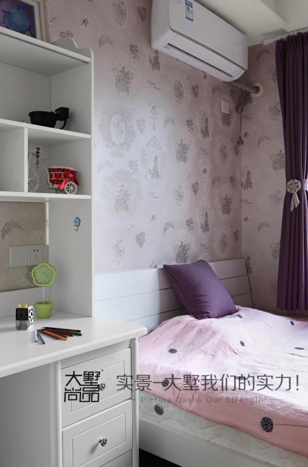 女儿房采光充足,精心挑选的壁纸加上别致的床品使整个空间更显温馨,写字桌与书柜合为一体,给学习提供了便利条件。