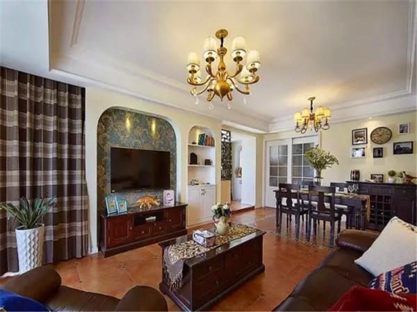 客厅餐厅一体,通铺仿古砖,家具都用美式经典的巧克力深棕色。