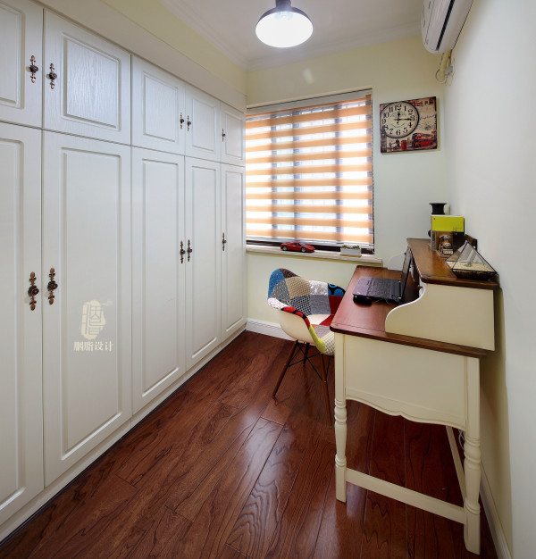衣帽间兼书房,这里可以满足主人工作时需要的独立空间
