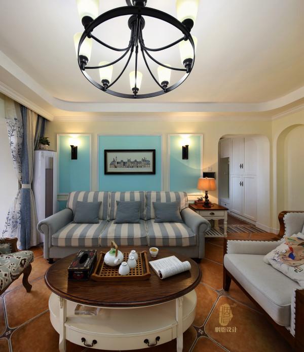 客厅的玄关柜背景,沙发背景都加入了客户喜欢的淡蓝色,整个客厅显得清新自然,舒适自在的感觉