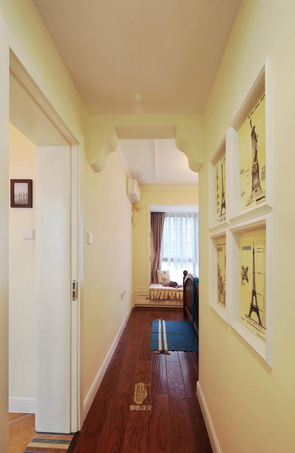 用彩条砖作为门槛来将空间分隔,还有墙面彩色砖的混铺作为了一个背景。