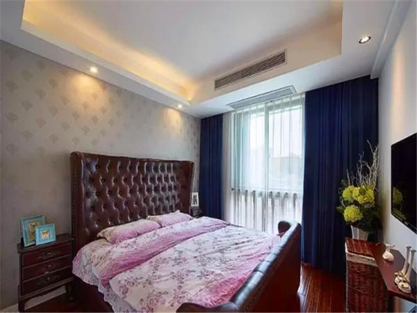 主卧选用了皮床,色调和实木家具统一,电视柜用简单的隔板代替。