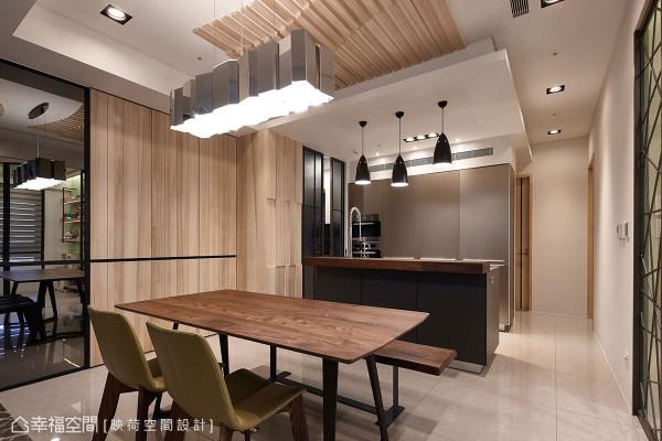 收整在干净利落立面内的电器柜与冰箱,让开放规划的轻食区无违和的融入整体设计中。