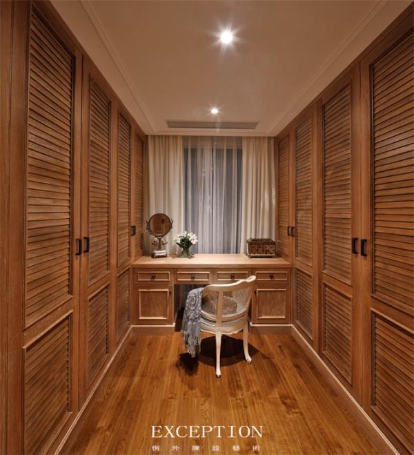 家具取材自然 东南亚家居设计崇尚自然,木材、藤、竹成为材料首选。自然温馨不失热情华丽,通过细节和软装饰来演绎原始自然的热带风情。