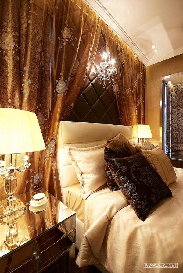 现代的设计手法与欧式的时尚家具结合,经典、内敛的设计,朴实中透出一种奢华,更令复古风格与时尚元素融合为一体。
