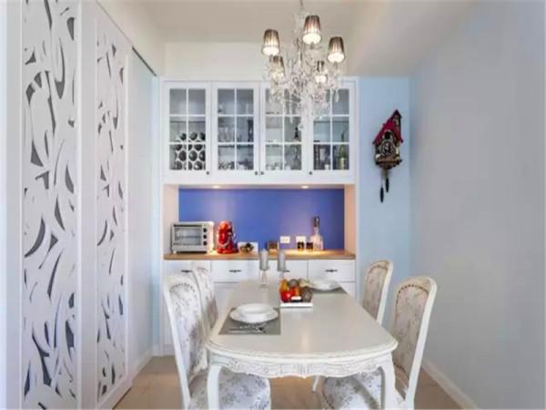 水晶灯搭配雕花的白色实木餐桌椅,欧式奢华。