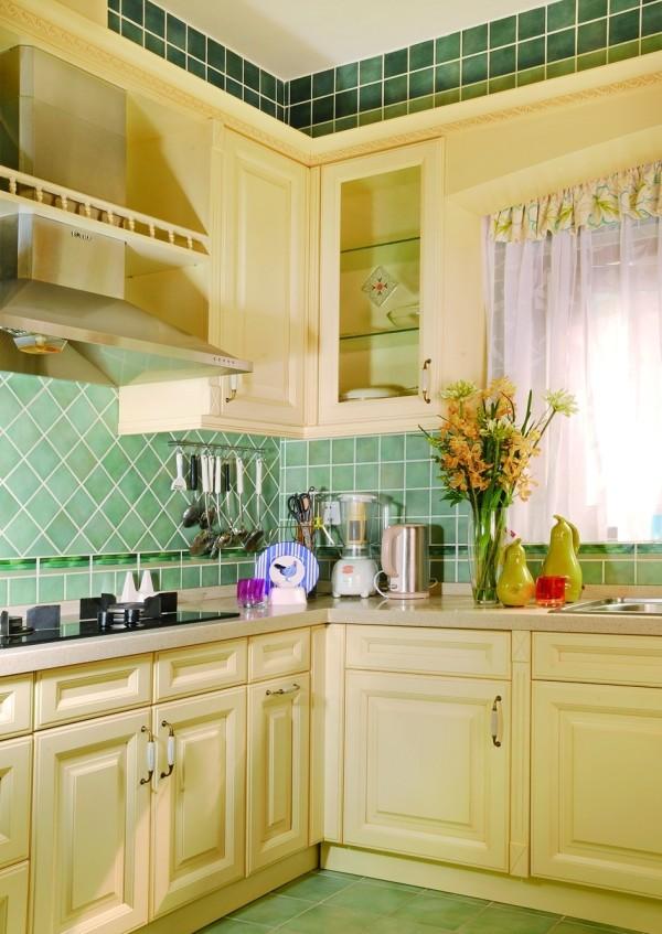 """香草色的橱柜,配以淡绿色的""""蜜蜂四季""""瓷砖,是由大铭老师所创造的经典配色案例,经久不衰,现在已成为诸多厨房空间设计的模板。"""