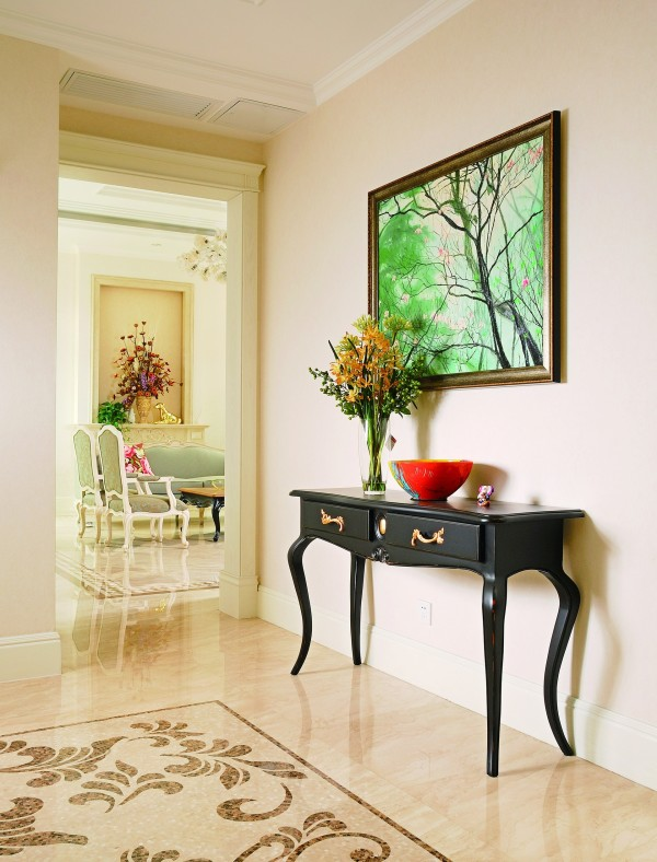 """清新脱俗的""""轻古典融合风""""是设计师想表现的空间环境印象,一进门就能感受到装修的大气淡雅,陈设的精雕细琢,而艺术品则把环境品位进一步拉升。"""