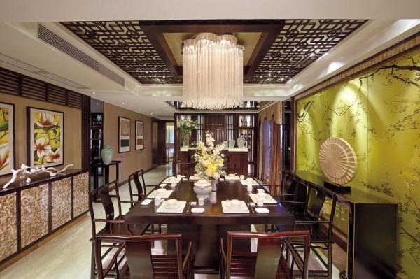 餐厅装修,把木质结构发挥到了极致,木质花纹的吊灯搭配水晶灯,别有一番风味,黄绿色的背景墙是空间色彩饱满鲜活