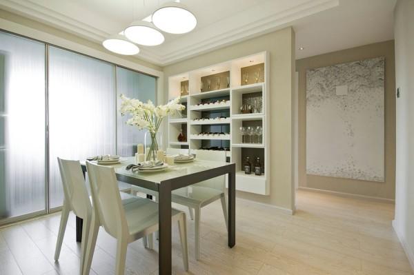 餐厅装修,白色的空间,一面墙做成酒柜,有效的利用空间,且干净舒适