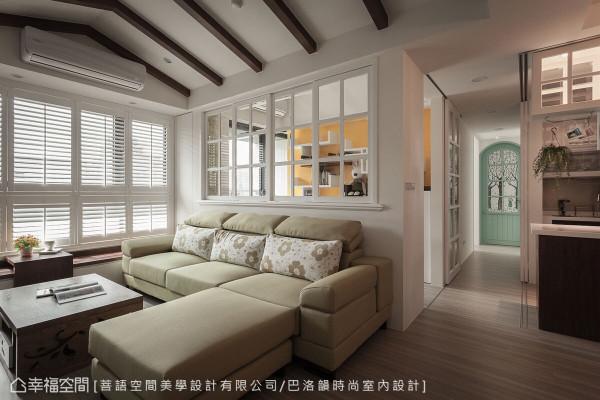 更换了走道底端的次卧房门,以色彩及图样呼应风格主轴,更添北欧风情。