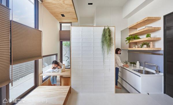馥阁设计利用下潜深度与架高木地板,创造同一立面向度、不同的垂直层次。