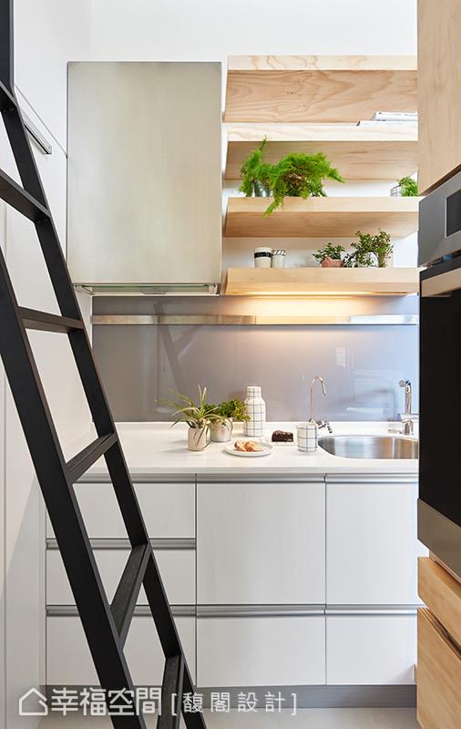 更移位置后的厨房另配有完善电器柜,满足各式各样的烹调需求。