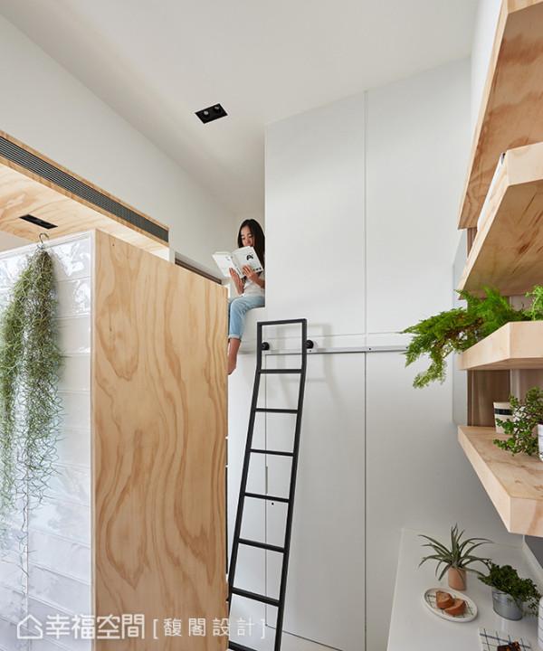 挑高四米二屋高的上层规划多元收纳储物柜,也可成为阅读小憩的独处空间,旁边另规划暗门,储藏杂乱的生活什物。