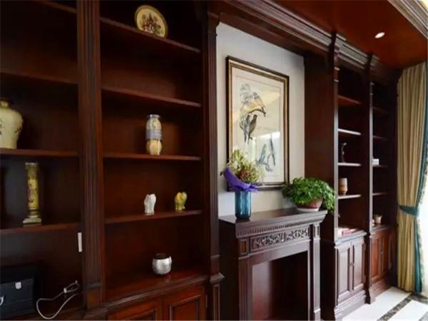 沙发以满墙书柜做背景,中间设计壁炉造型。