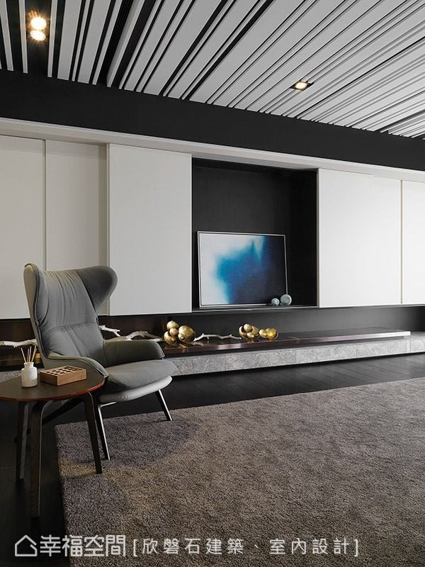将收纳机能与电视主墙收整于白色木作柜后方,让空间维持清爽、干净。