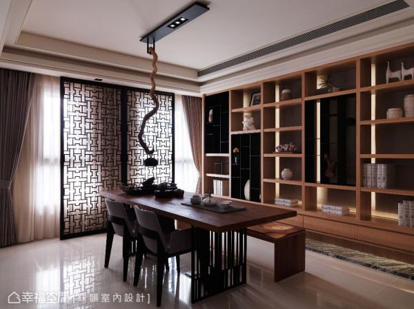 柜体与桌子皆以实木搭配黑铁,呈现自然的现代人文意境;不同造型的布椅与实木椅配置,则增添空间变化性。