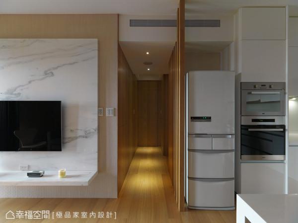 狭长的廊道藉由灯光效果的妆点引导,也能变化不同的空间表情。